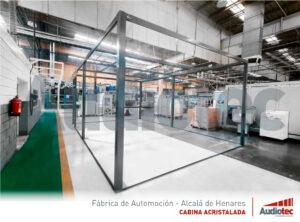 Diseño de una cabina acristalada para realizar reuniones en una fábrica de automoción.